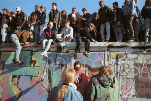 Berliner-Mauer-Mitte-beim-Brandenburger-Tor-19891110-04.jpg