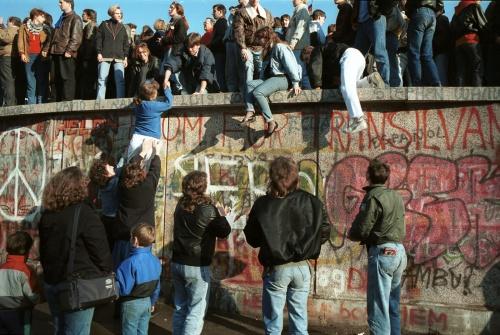 Berliner-Mauer-Mitte-beim-Brandenburger-Tor-19891110-10.jpg