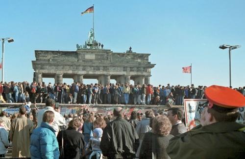 Berliner-Mauer-Mitte-beim-Brandenburger-Tor-19891110-19a.jpg