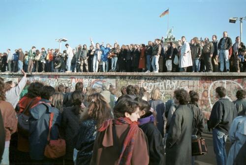 Berliner-Mauer-Mitte-beim-Brandenburger-Tor-19891110-03.jpg